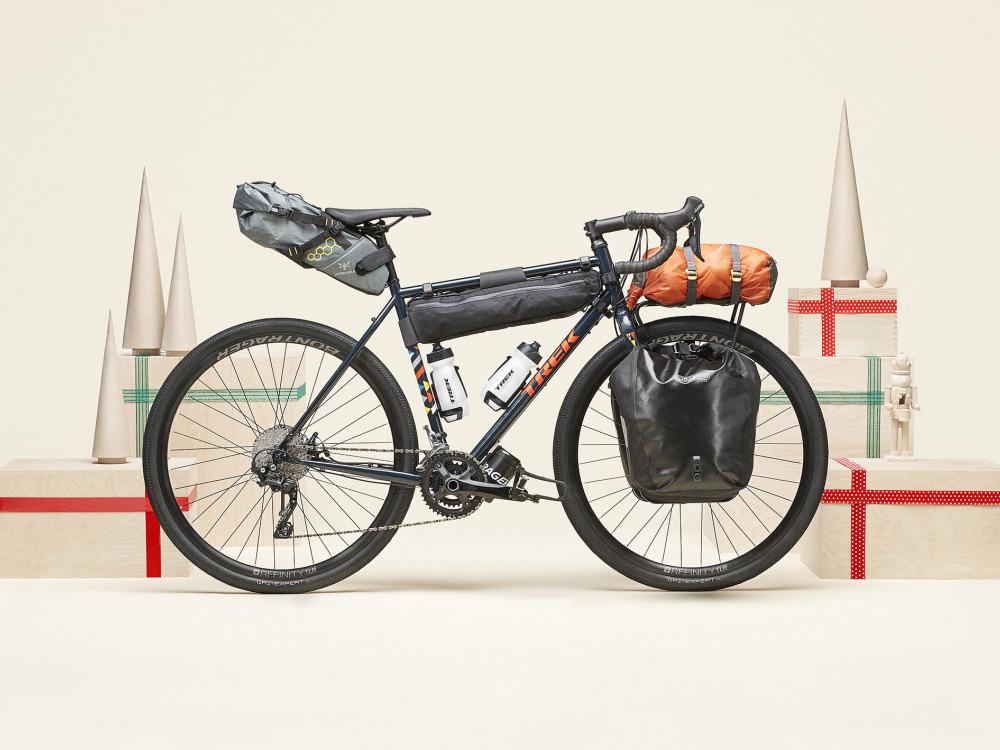 Aprīkots Trek Checkpoint velosipēds